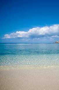 慶良間諸島の透明な海と空の写真素材 [FYI02033269]
