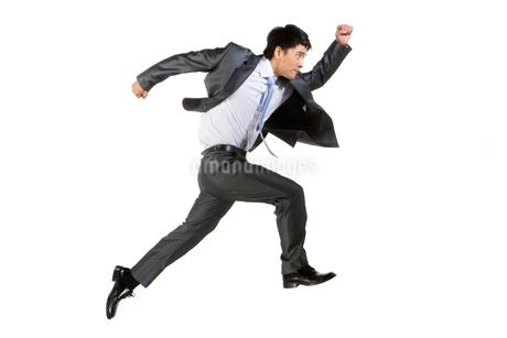 ジャンプをする若いビジネスマンの写真素材 [FYI02033278]