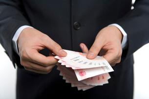 お金を数える男性の写真素材 [FYI02033287]