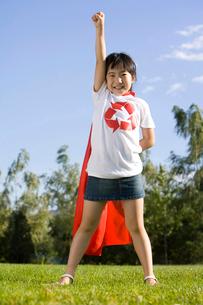 マントをつけて立つ少女の写真素材 [FYI02033368]