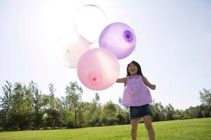 風船を持って立つ少女の写真素材 [FYI02033419]