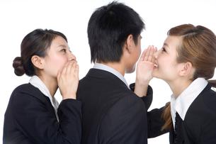 内緒話をする若いビジネスピープルの写真素材 [FYI02033429]