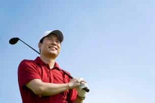 ゴルフをする男性の写真素材 [FYI02033465]