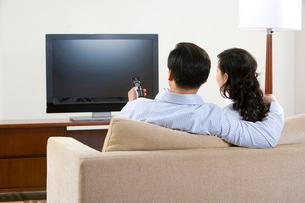 テレビを見るカップルの写真素材 [FYI02033483]