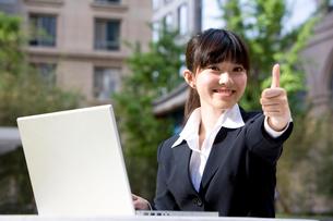 親指を立てる笑顔のビジネスウーマンの写真素材 [FYI02033555]