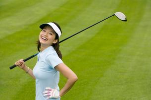 ゴルフをする若い女性の写真素材 [FYI02033556]