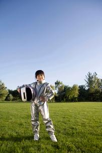 宇宙飛行士の格好をした少女の写真素材 [FYI02033570]