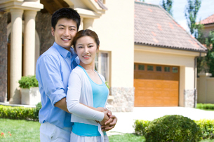 寄り添う若いカップルの写真素材 [FYI02033776]