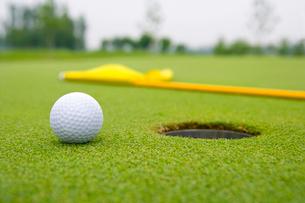 ホール近くに置かれたゴルフボールの写真素材 [FYI02033858]