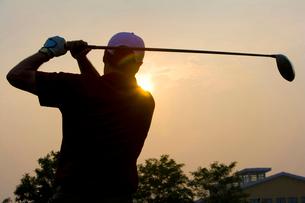 ゴルフをする男性のシルエットの写真素材 [FYI02033936]
