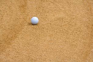 バンカーに落ちたゴルフボールの写真素材 [FYI02034019]