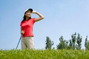 ゴルフをする若い女性の写真素材 [FYI02034163]