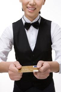 クレジットカードを返すウェイトレスの写真素材 [FYI02034265]