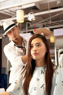 髪を切る若い女性と美容師の写真素材 [FYI02034689]