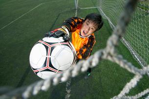 ボールをキャッチするゴールキーパーの写真素材 [FYI02034709]