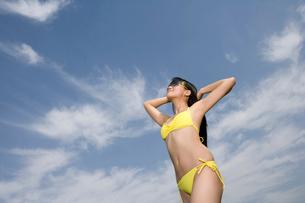 ビキニを着た若い女性の写真素材 [FYI02034715]