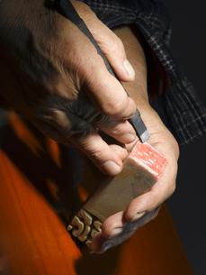 印鑑を彫る男性の手のアップの写真素材 [FYI02034782]