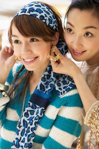 イヤリングを試す2人の若い女性の写真素材 [FYI02034873]