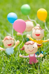 風船を持つ子供たちのクラフトの写真素材 [FYI02034932]