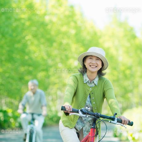 自転車に乗るシニア夫婦の写真素材 [FYI02034941]