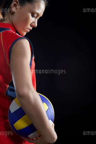バレーボールを抱えた女性選手の写真素材 [FYI02034951]