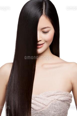 長髪の若い女性の写真素材 [FYI02035045]