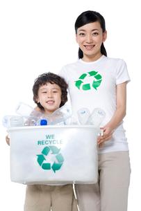 リサイクルをする母と息子の写真素材 [FYI02035093]