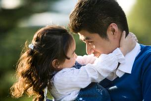 見つめ合う娘と父親の写真素材 [FYI02035230]