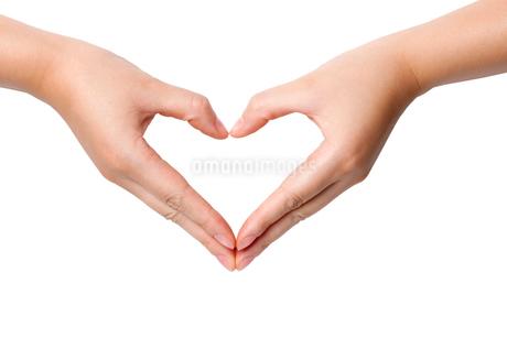 ハートの形を作る女性の手の写真素材 [FYI02035235]