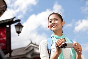 大理を観光する若い女性の写真素材 [FYI02035257]
