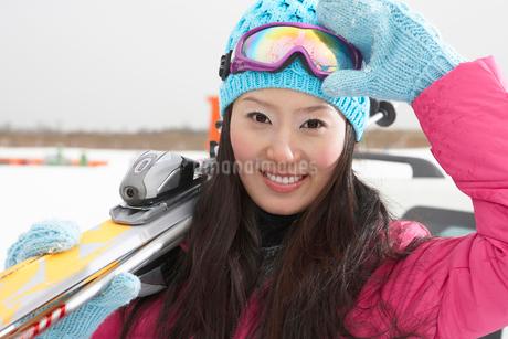 スキー板を抱えた若い女性の写真素材 [FYI02035274]