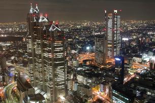夜の新宿の高層ビルの写真素材 [FYI02035279]