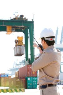 港で働く作業員の写真素材 [FYI02035305]