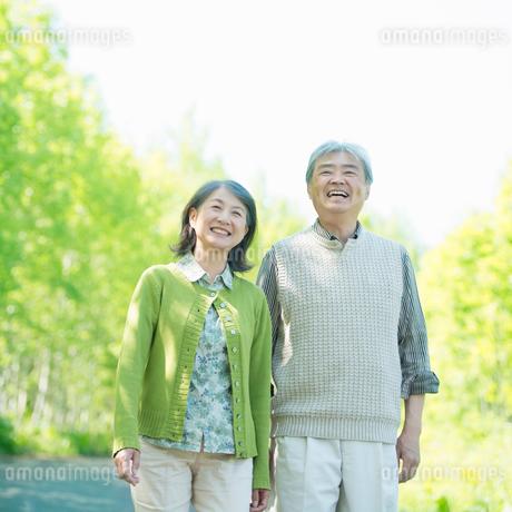 微笑むシニア夫婦の写真素材 [FYI02035384]