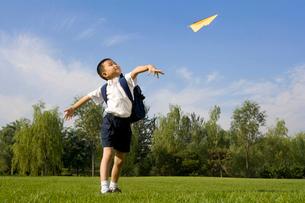 紙飛行機で遊ぶ小学生の写真素材 [FYI02035398]