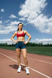 トラックに立つ女性陸上選手の写真素材 [FYI02035448]
