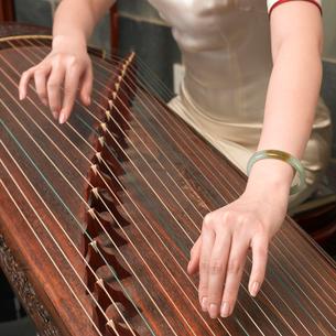 琴を弾く女性の手の写真素材 [FYI02035465]
