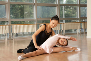 柔軟体操をするダンサーの写真素材 [FYI02035501]