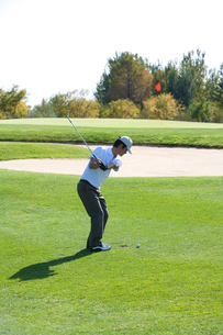 ゴルフをする男性の写真素材 [FYI02035558]
