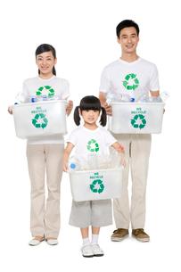 リサイクルをする家族の写真素材 [FYI02035606]
