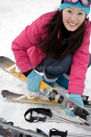 スキー板を持つ若い女性の写真素材 [FYI02035662]