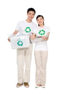 リサイクルをする若いカップルの写真素材 [FYI02035688]