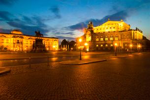 夜のツヴィンガー宮殿とゼンパー・オーパーの写真素材 [FYI02035743]