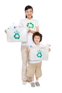 リサイクルをする母と息子の写真素材 [FYI02035761]