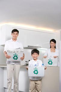 リサイクルボックスを持つ家族の写真素材 [FYI02035817]