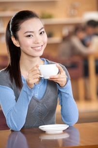 コーヒーを飲む若い女性の写真素材 [FYI02035855]