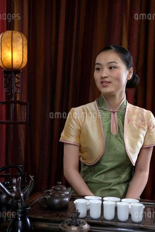 中国茶を用意する若いウェイトレスの写真素材 [FYI02035878]