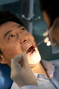 歯の治療をする男性の写真素材 [FYI02035924]