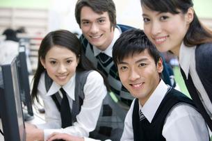 パソコンの前に集まる高校生の写真素材 [FYI02035934]