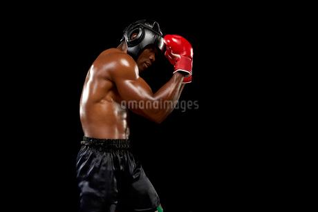 守りのポーズをとるボクサーの写真素材 [FYI02035978]